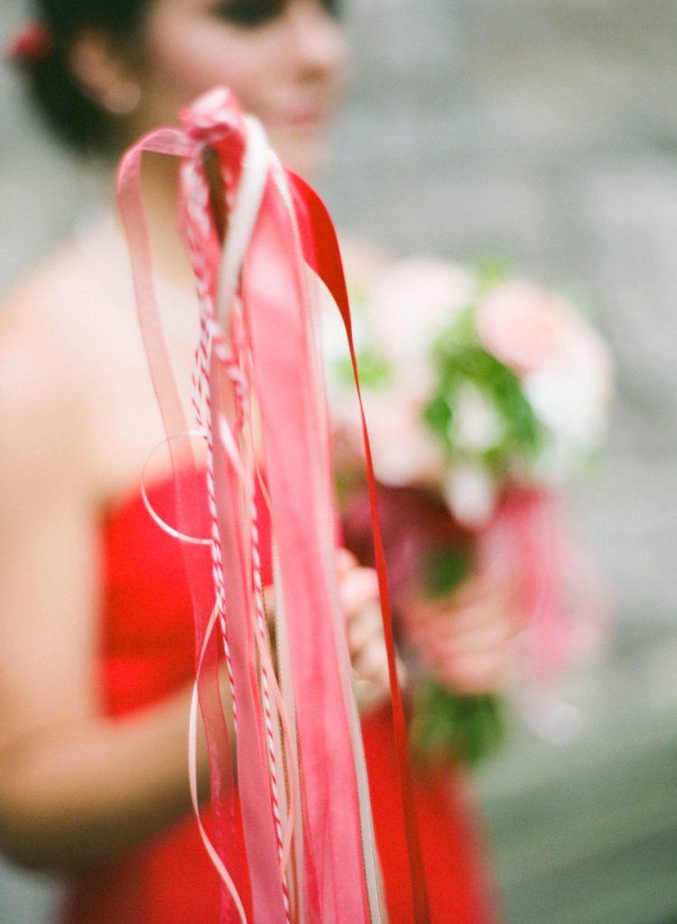 Pluie d'idées ! Et de confettis, de bulles et d'avions en papier… Tout pour remplacer le riz qu'on jette sur les mariés !