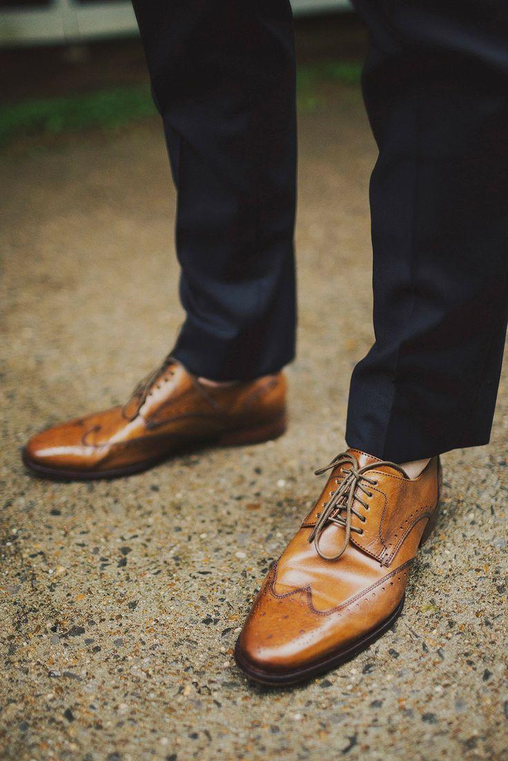 Sapatos envernizados para conjugar com o fato de casamento