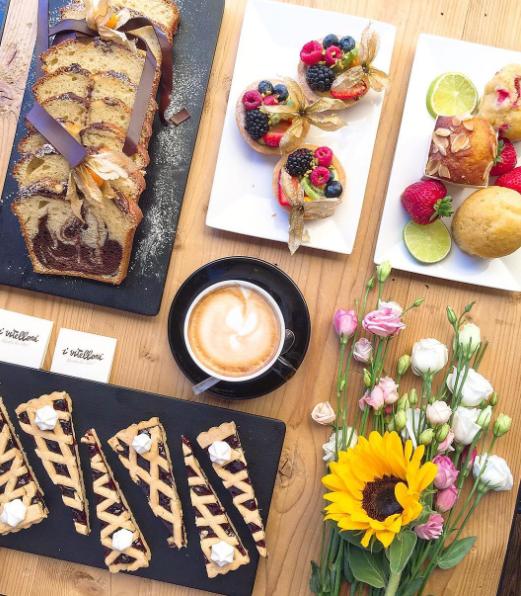 Colazione creativa e deliziosa con biscotti e torte