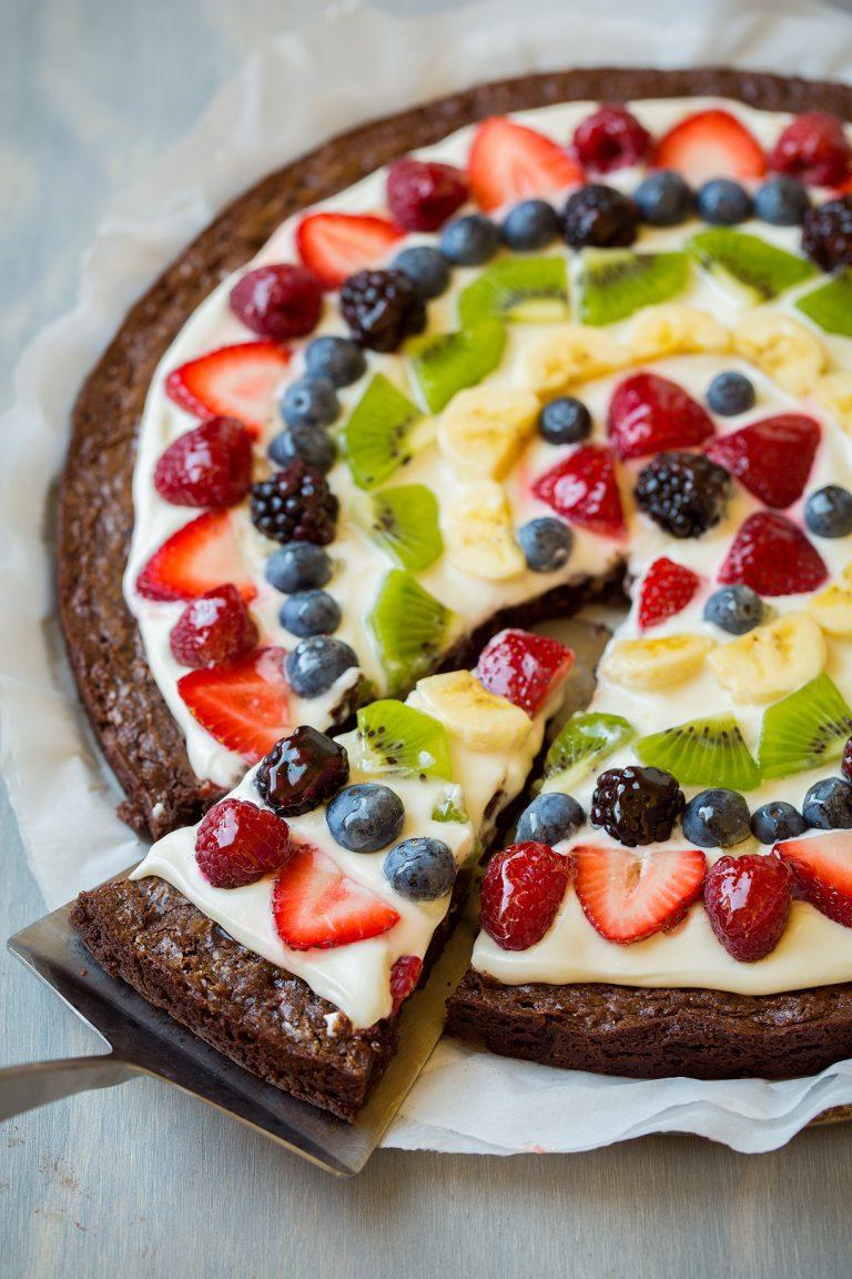 Sobremesa de pizza de brownie com frutas