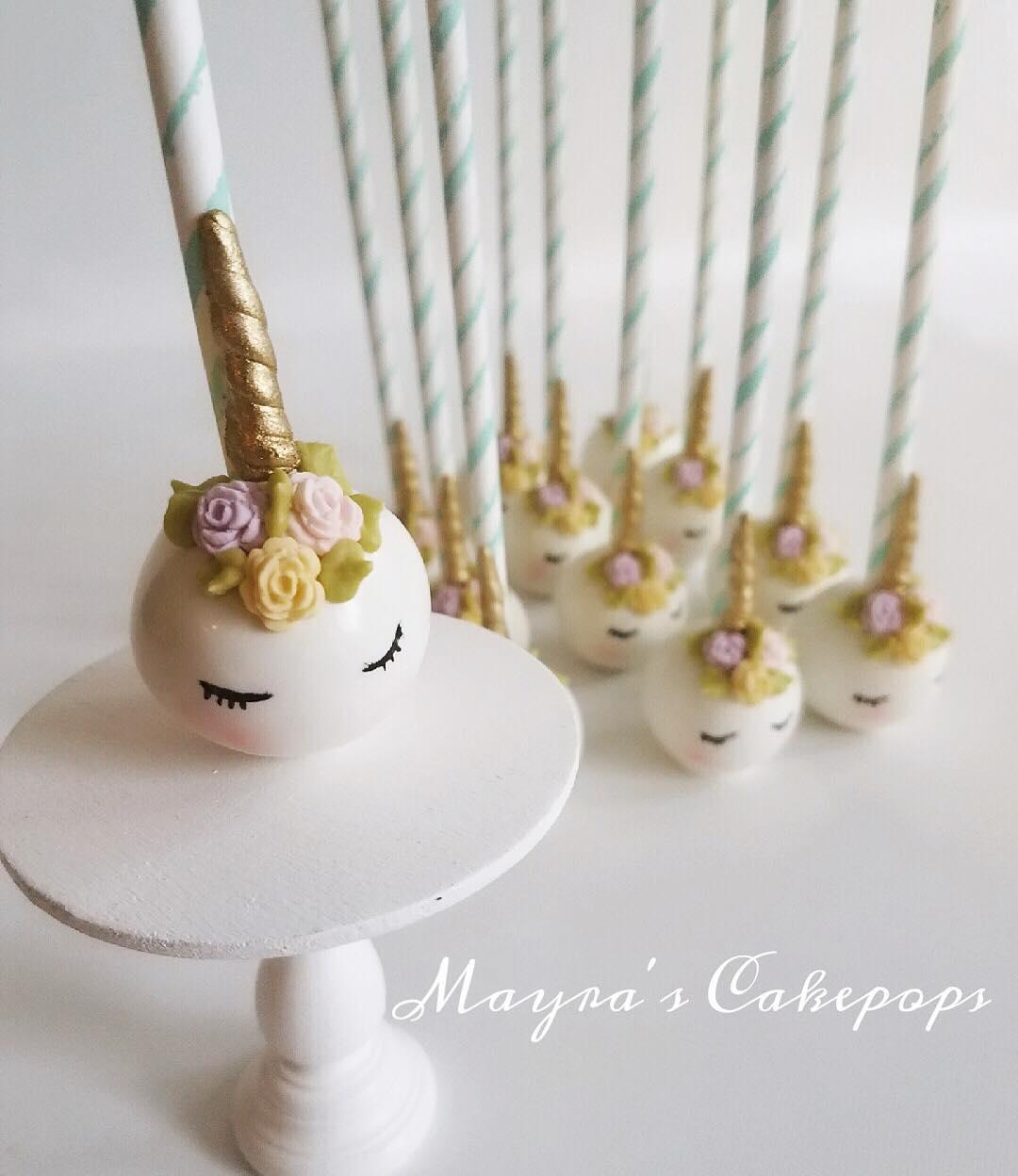 Os novos bolos com palito, com um cake design em forma de unicórnio
