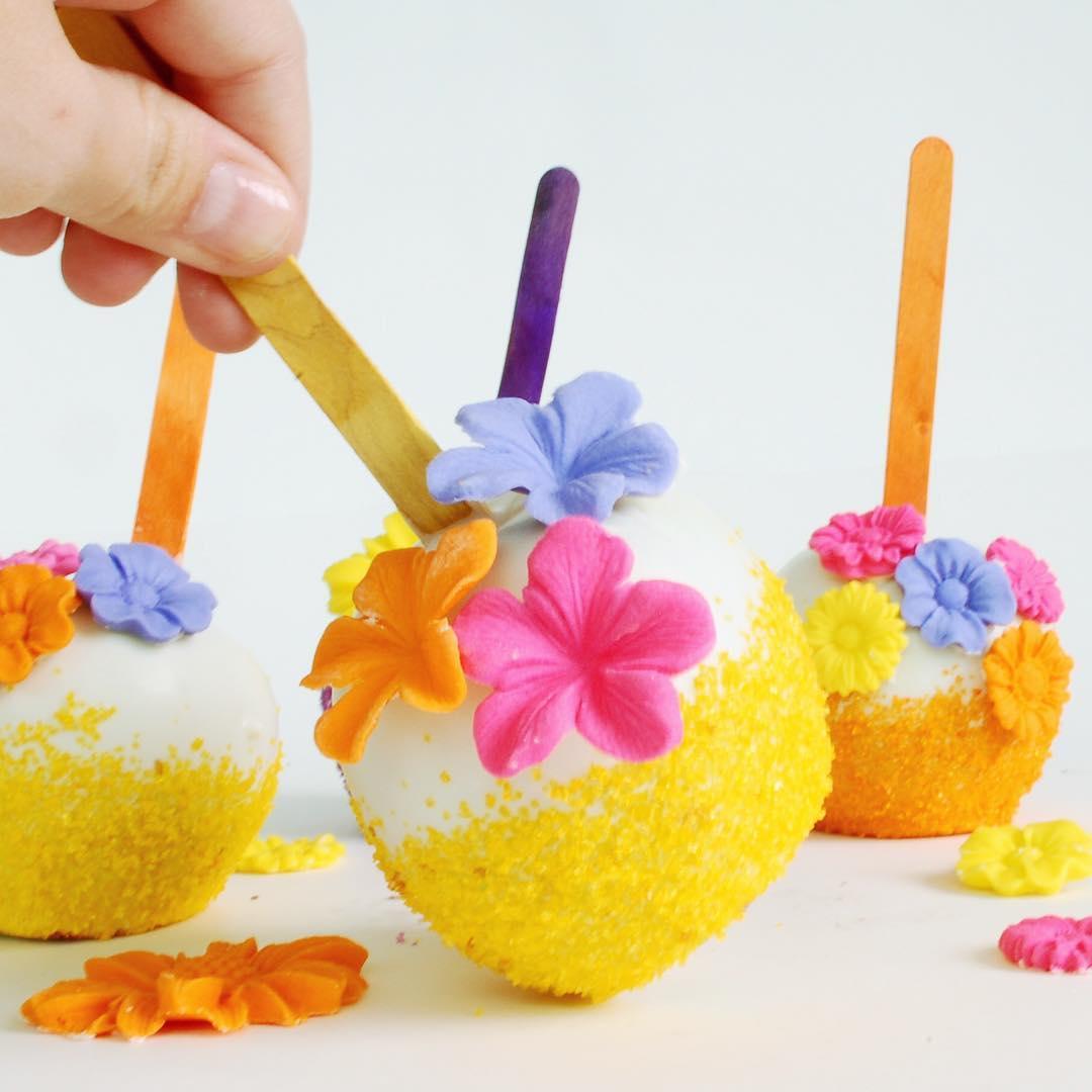 Cake pops com flores comustíveis