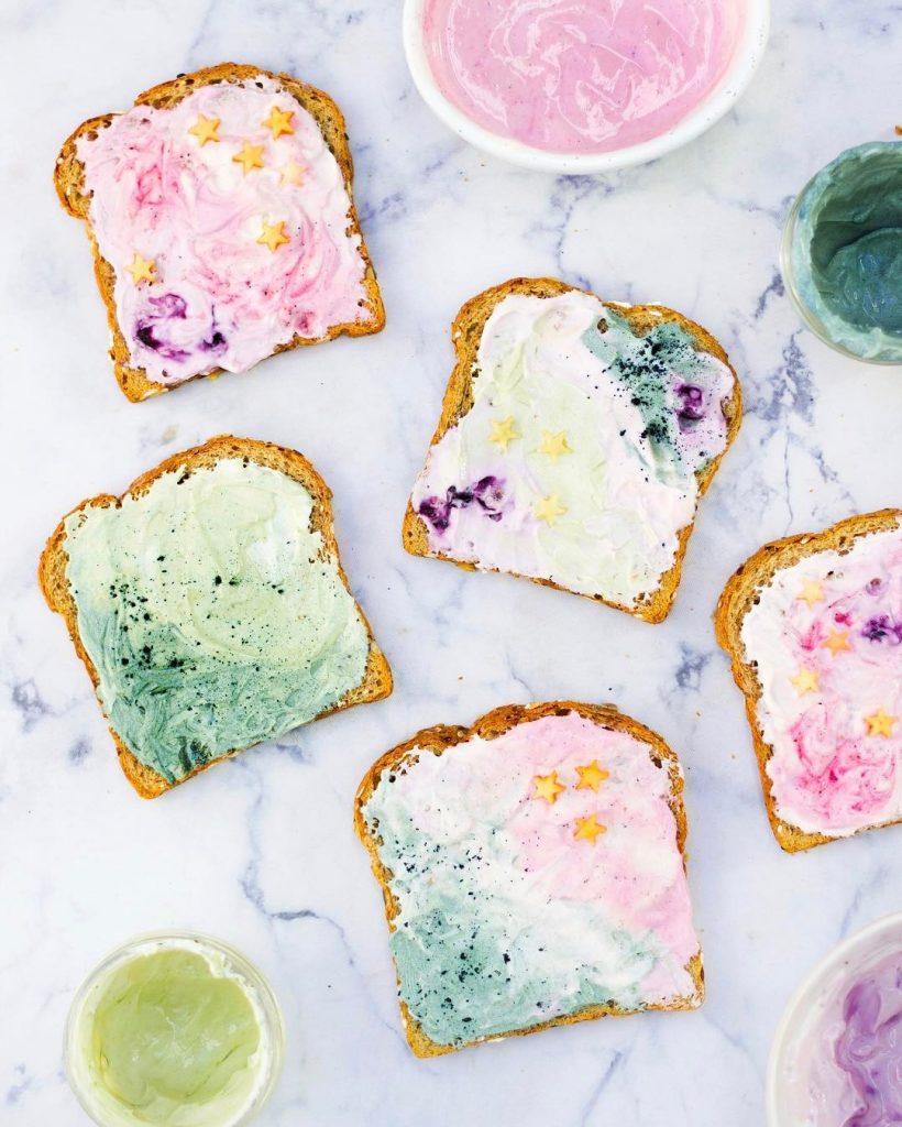 Tostas com queijo colorido