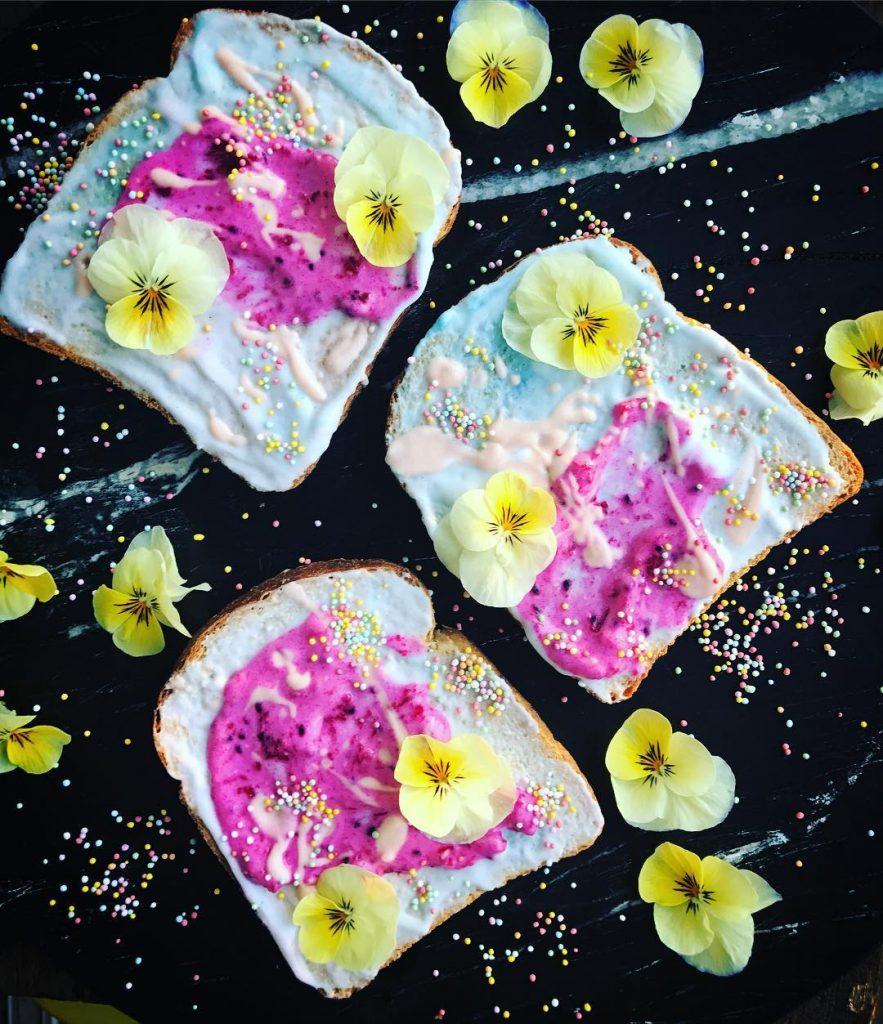 Unicorn Toast com flores comestíveis