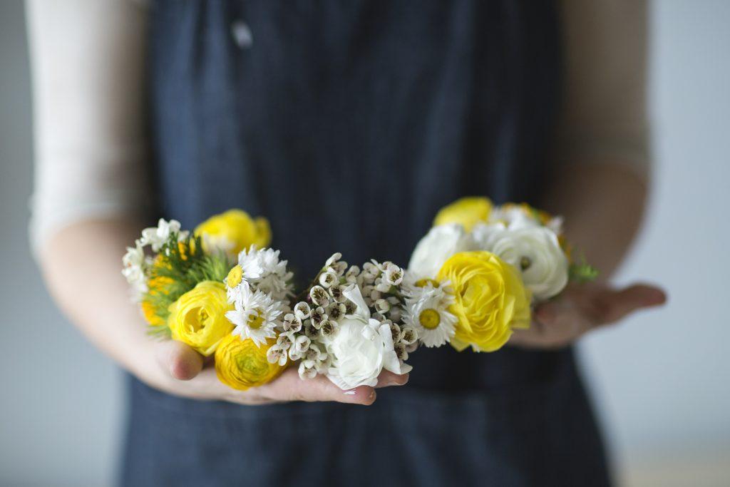 Serás a rainha dos looks com esta coroa de flores DIY