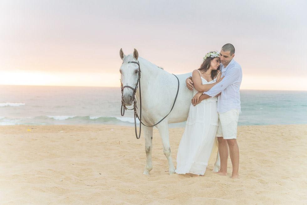 Casamento na praia com cavalo branco