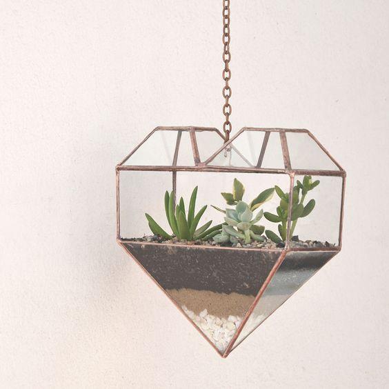 E se tornares a tua casa numa floresta tropical? Os terrários, ou mini jardins, floresceram, hoje, no nosso blog!