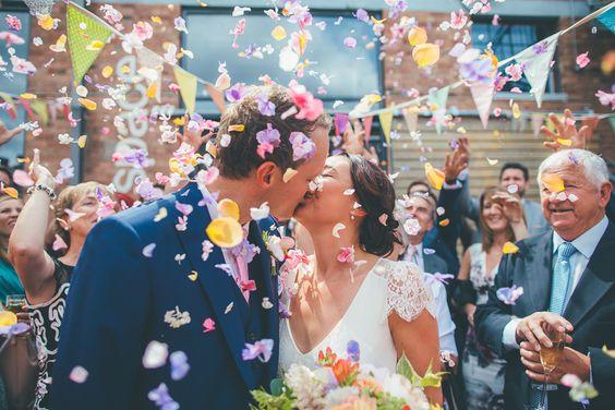 Chuva de ideias, de arroz, confettis, aviões de papel… Bora lá, que os noivos já estão a sair!