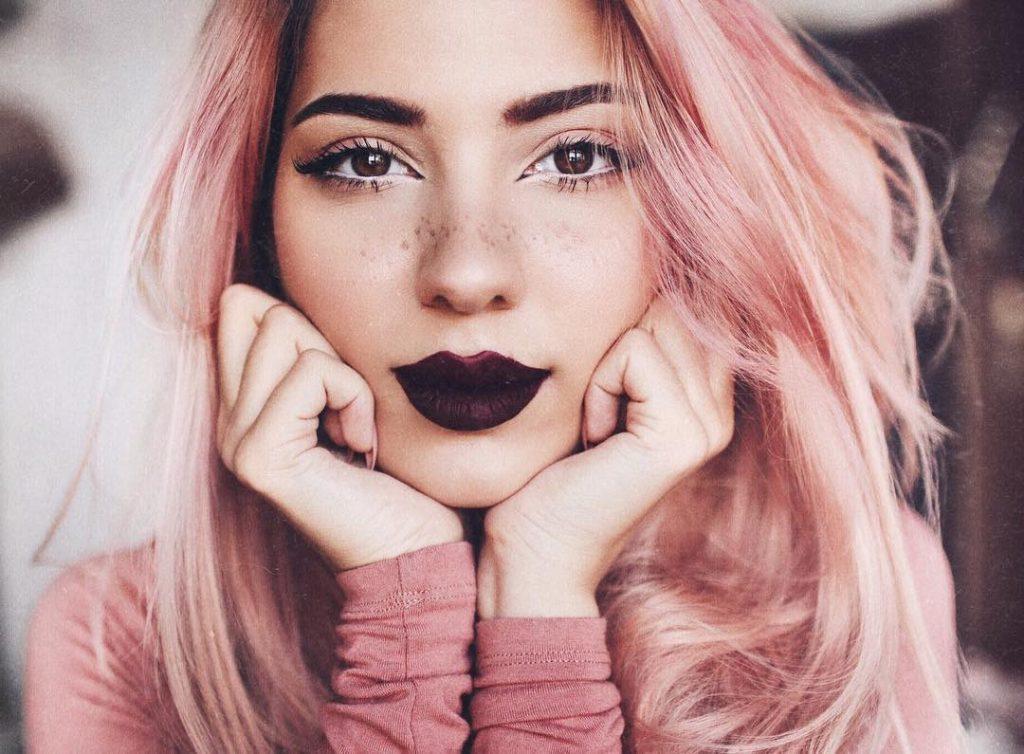 pintar os lábios com cores escuras