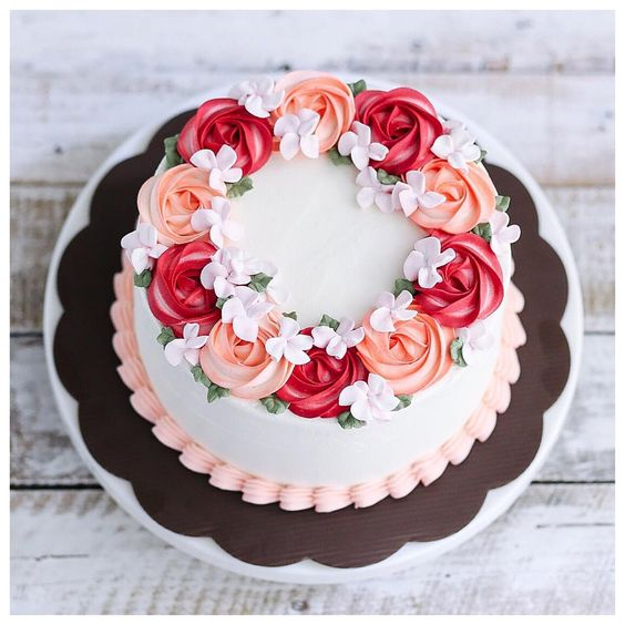 Bolo de aniversário decorado com rosas comestíveis