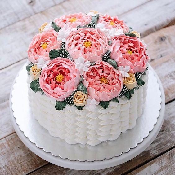 Bolos decorados com flores comestíveis